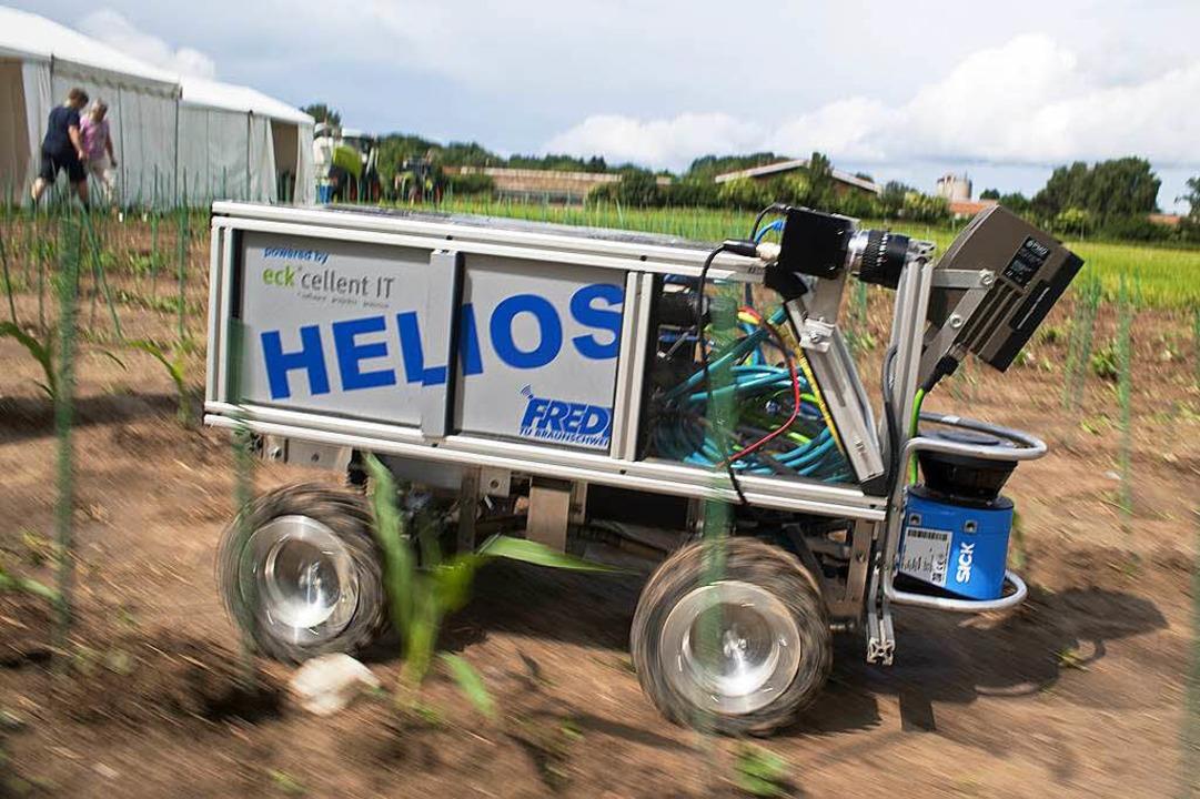 Fred allein auf dem Feld;  Studenten d...ät Braunschweig bauten diesen Roboter.  | Foto: Michael Löwa