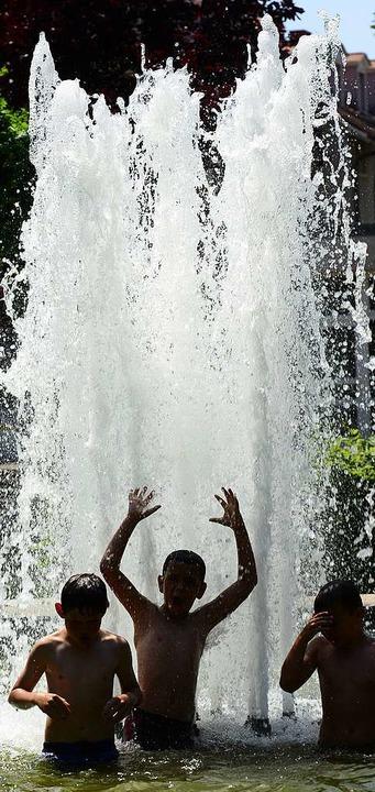 So richtig Spaß macht der Brunnen erst, wenn auch die Fontänen in Betrieb sind.  | Foto: Ingo Schneider