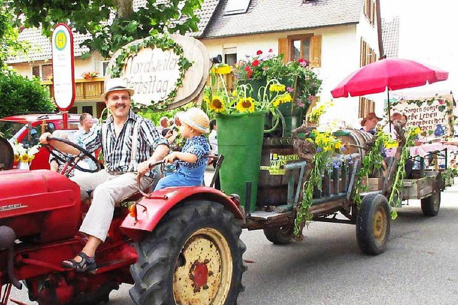 Nordweiler Weinfest: In einem großen farbenprächtigen Winzerumzug ging es durchs Dorf hinauf zum Festplatz beim alten Steinbruch. (Foto: Reiner Merz)