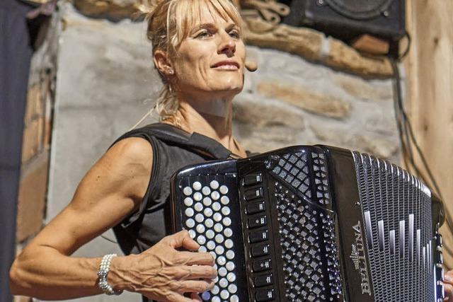 Christine Schmid: Humorvoll und bissig in der Kulturscheune