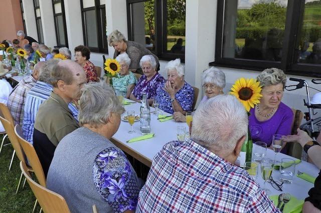 Senioren genießen einen gemütlichen Grillabend