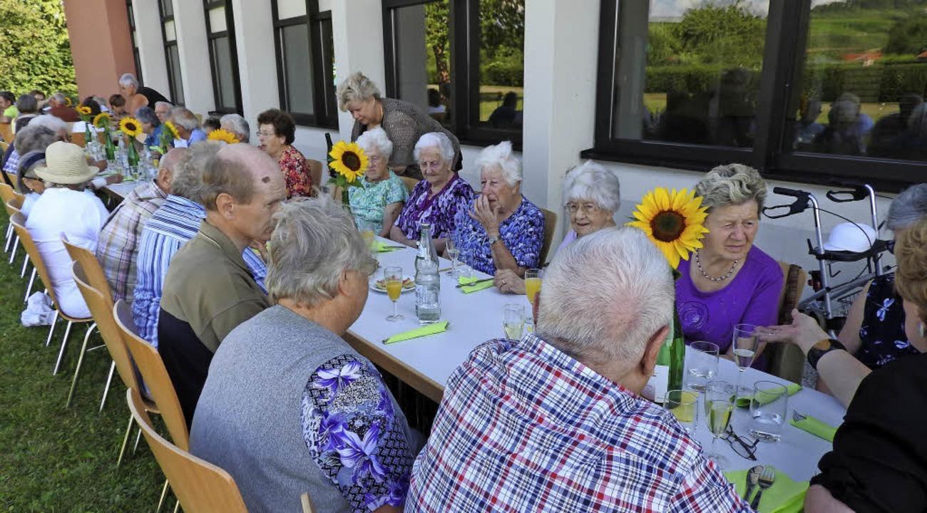 Senioren Genießen Einen Gemütlichen Grillabend Eimeldingen