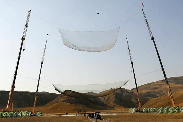 Skydiver springt ohne Fallschirm aus 7620 Metern in ein Netz