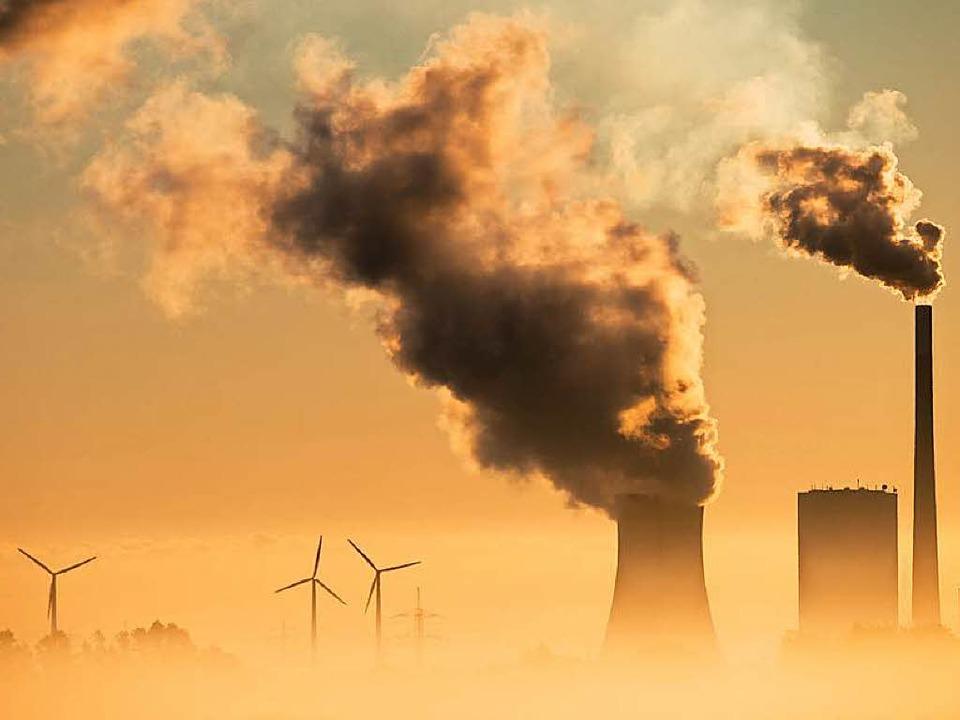 Das Kohlekraftwerk Mehrum in Niedersachsen neben Windrädern (Symbolbild)  | Foto: dpa