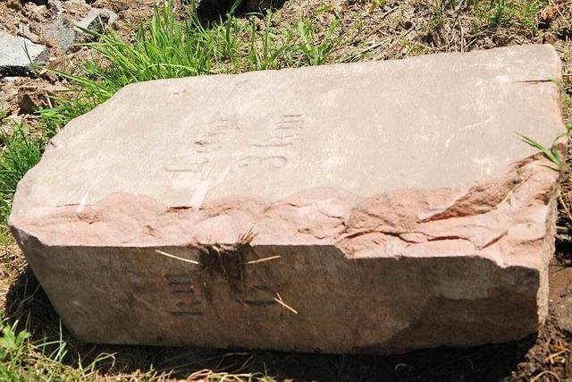 Ein historischer Kilometerstein wurde in Kuhbach geklaut