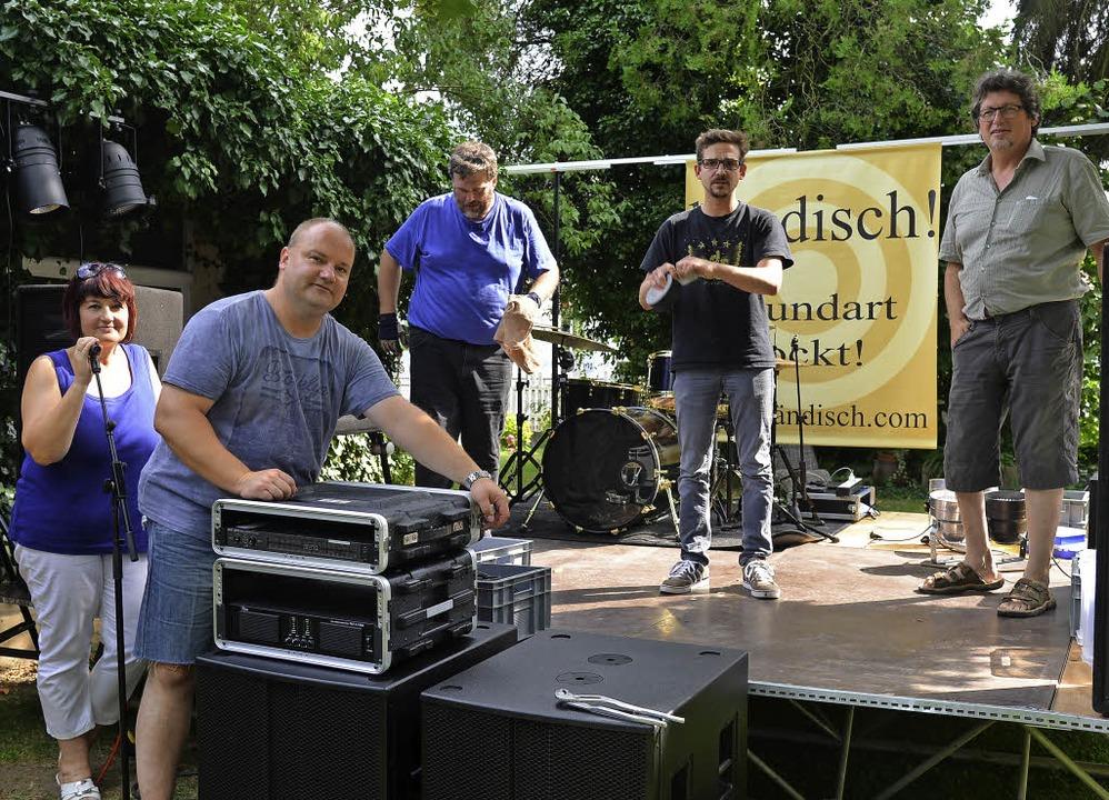Im Keller des Bahnhöfli probt die Band...gibt sie im Sommer Open-Air-Konzerte.   | Foto: Martin Eckert