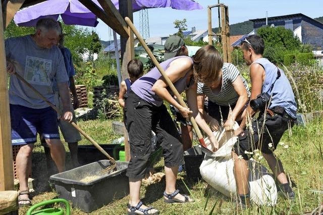 Gartengemeinschaft baut Lehmofen
