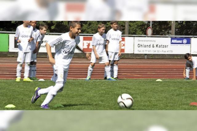 Großer Spieler trainiert Fußballer