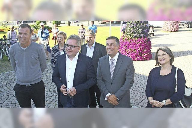 Minister Guido Wolf übergibt Scheck