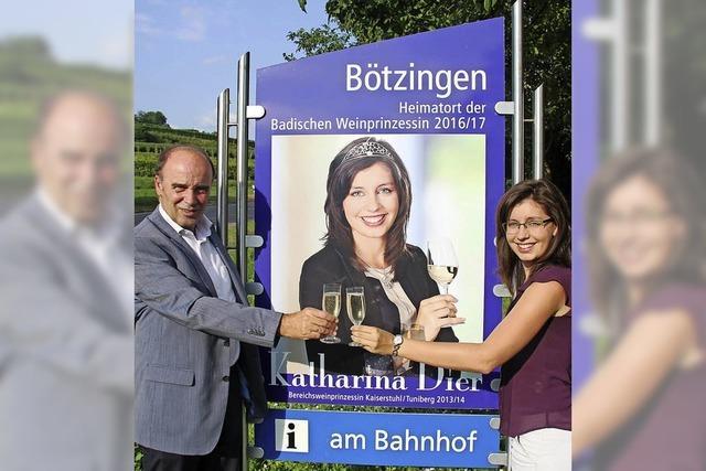 Weinprinzessin schmückt Ortseingänge