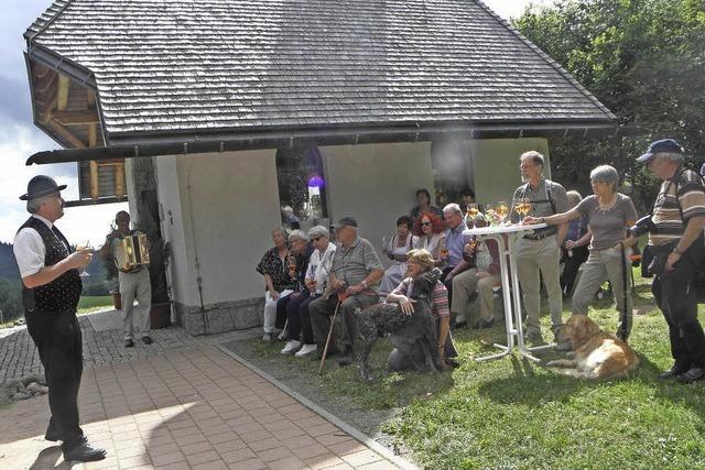Häusern sagt Grüezi zu seinen Schweizer Gästen