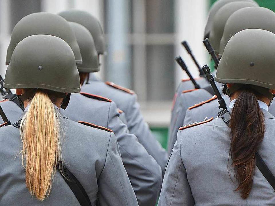 Begehrt: Die Bundeswehr will mehr Frauen.  | Foto: dpa