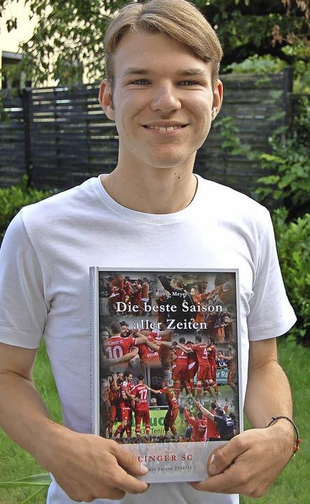 Robin Meyer mit seinem neuesten Buch, der Chronik über den BSC-Aufstieg   | Foto: cri
