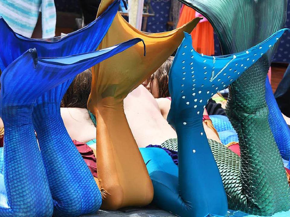 Mermaiding nennt sich die Trendsportar...en und Männer in Nixenkostüme kleiden.  | Foto: dpa