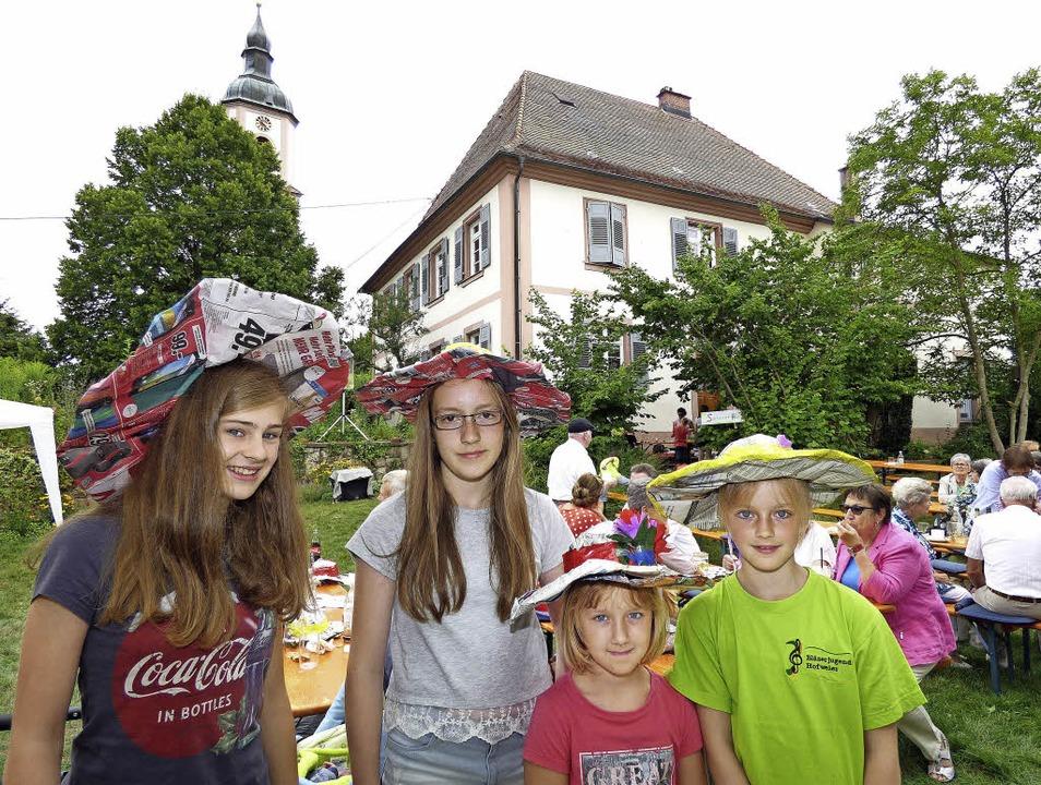 Carla, Miriam, Caro und Jana bastelten sich Sommerhüte.     Foto: F. Leonhardt
