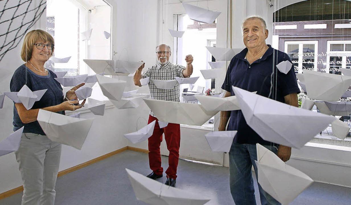Kunstaktion mit Booten in der Galerie ...er, Walter Fugmann und Heinz  Kneile.     Foto: Heidi Fössel