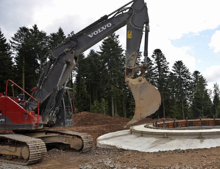 Das Fundament von Windenergieanlage 3 ...erade wird die Baugrube zugeschüttet.     Foto: Susanne Filz