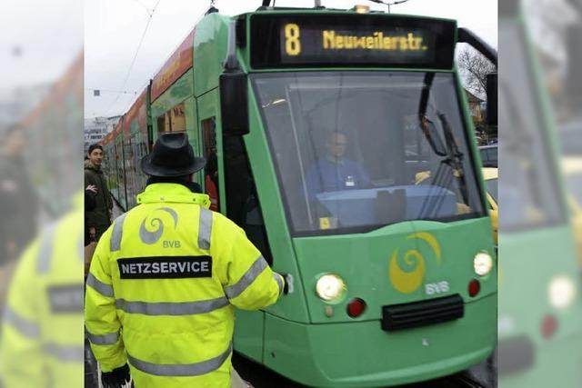 Gleiswechsel: Tram 8 fährt auf einer andere Route