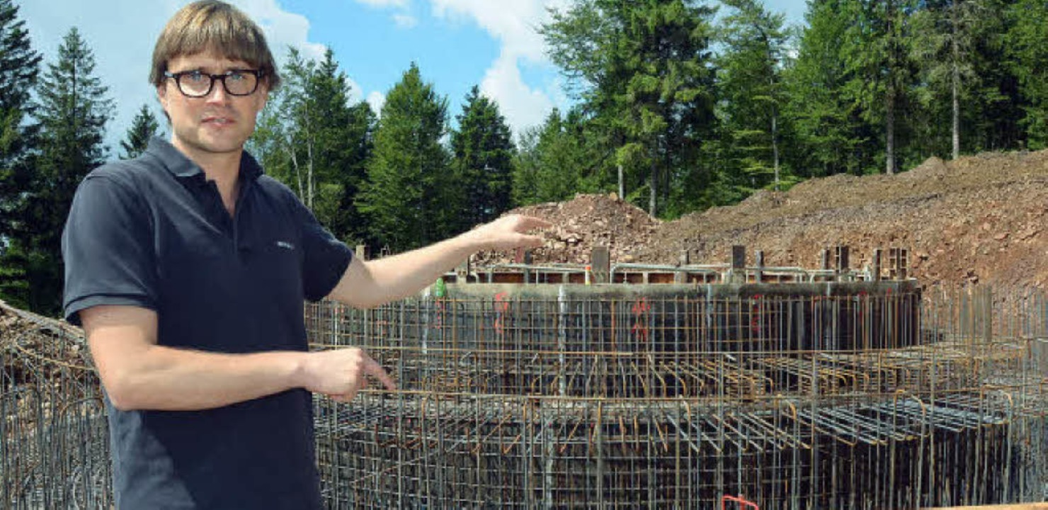 Tobias Tusch vor der Windenergieanlage... ist die Schalung  für das  Fundament.    Foto: Susanne Filz