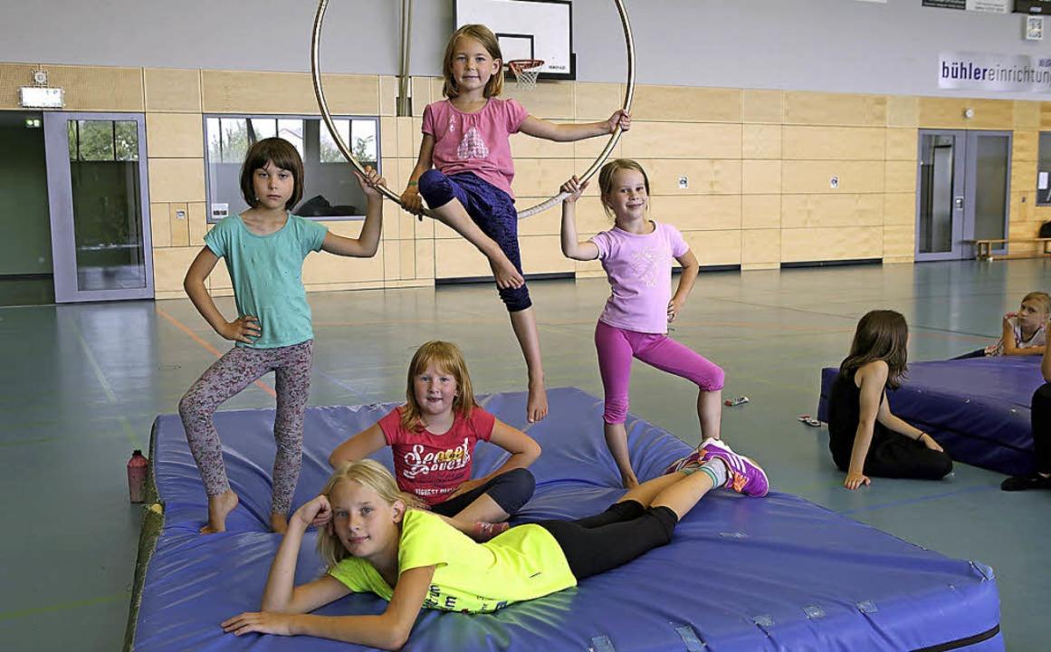 Ein bisschen Show muss sein, und Körpe...sziplinen für angehende Akrobatinnen.     Foto: Christoph Breithaupt