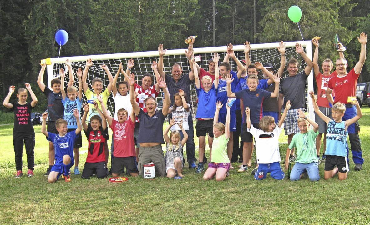 Die Schlagballmannschaften feierten sich am Ende des Sommerhocks selbst.     Foto: Peter Vogelbacher
