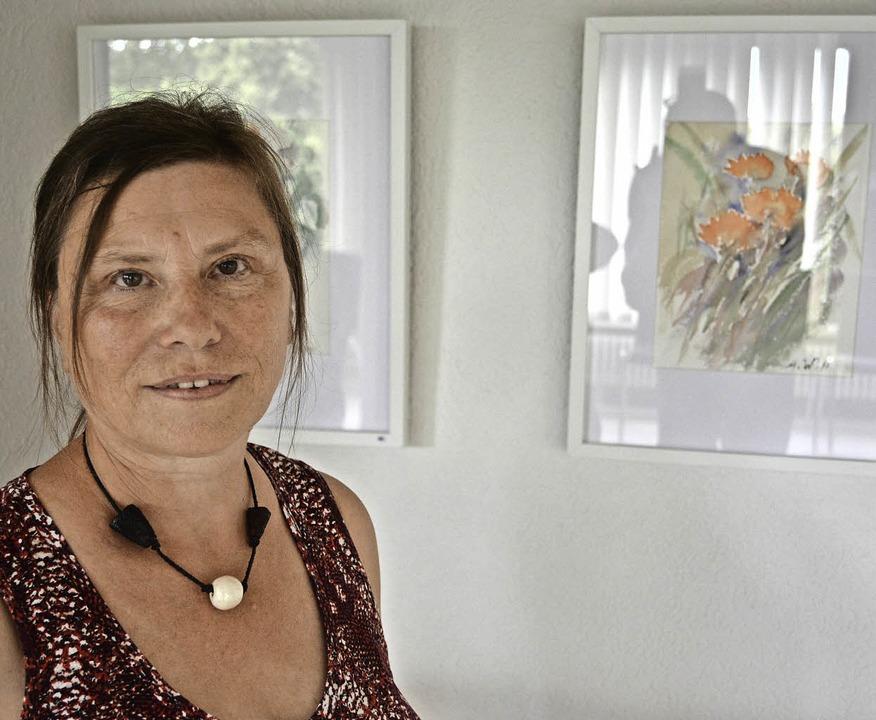 Will mit ihren zarten Blumenbildern Fr...e bringen: Angelika Wolsperger-Haacke.  | Foto: Benedikt Sommer