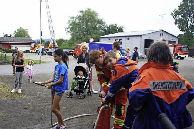 Drehleiter und Feuerwehrboot erkunden
