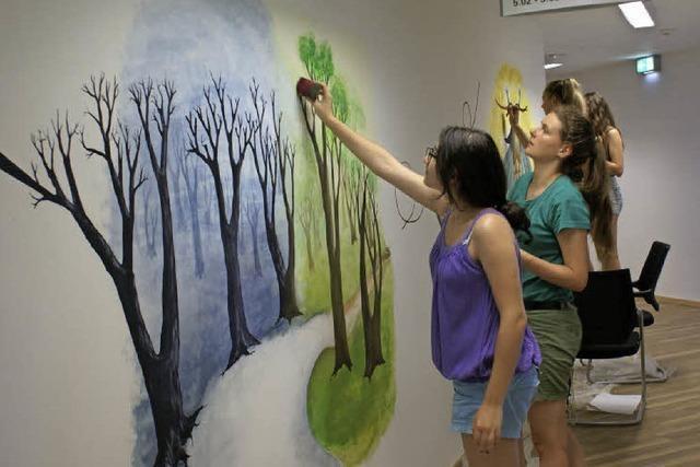 Schüler malen im Jugendamt