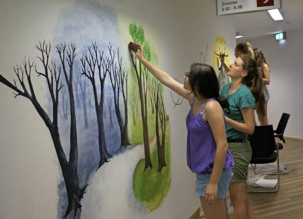 Junge Kant-Künstlerinnen  bei der Arbeit  | Foto: Privat