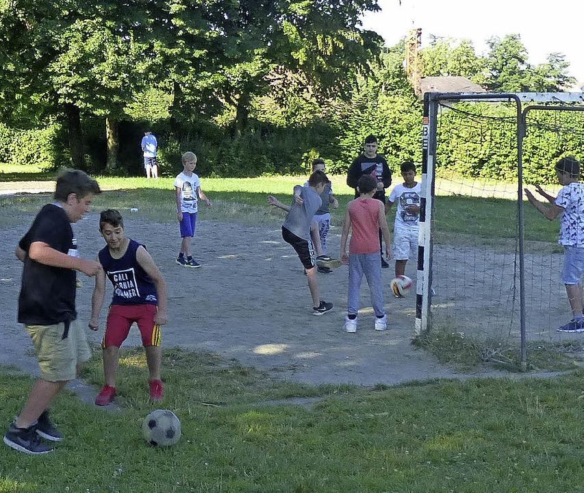 Kicken auf dem Schulhof ist heute mögl...chts) von der Volksbank Breisgau-Süd.     Foto: Andrea Gallien