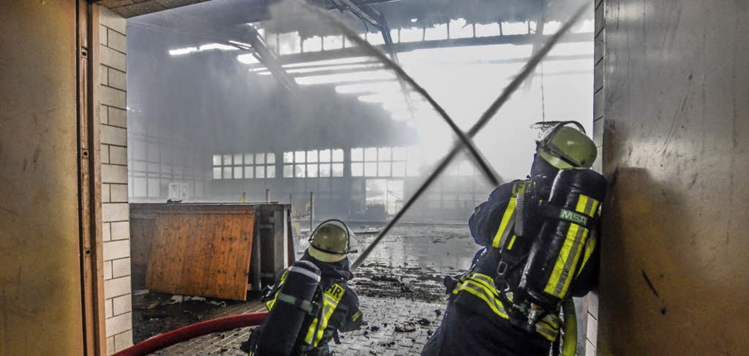 Ein Meer der Flammen wurde am Dienstagnachmittag eine Reithalle in Bodersweier.     Foto: stadt Kehl