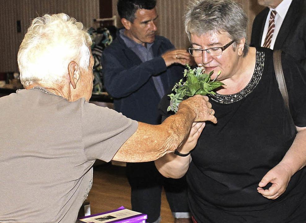 Bundestagsabgeordnete Gaby Schmidt sch...r 80-jährigen Buchautorin Paula Flum.   | Foto: lib