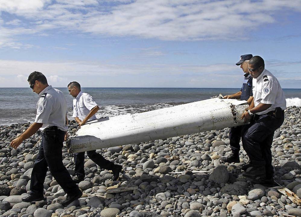 Ermittler finden auf La Réunion  eine  Flügelklappe von MH370.   | Foto: dpa
