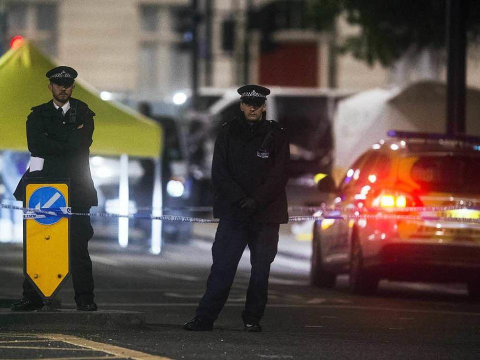 Polizisten sichern den Tatort in London ab.    Foto: dpa