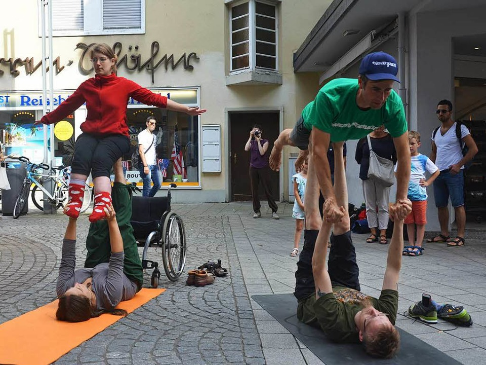 Markus Jotzo mit Ricarda Noetzel beim ...oga-Flashmob in der Lahrer Marktstraße  | Foto: Christian Kramberg