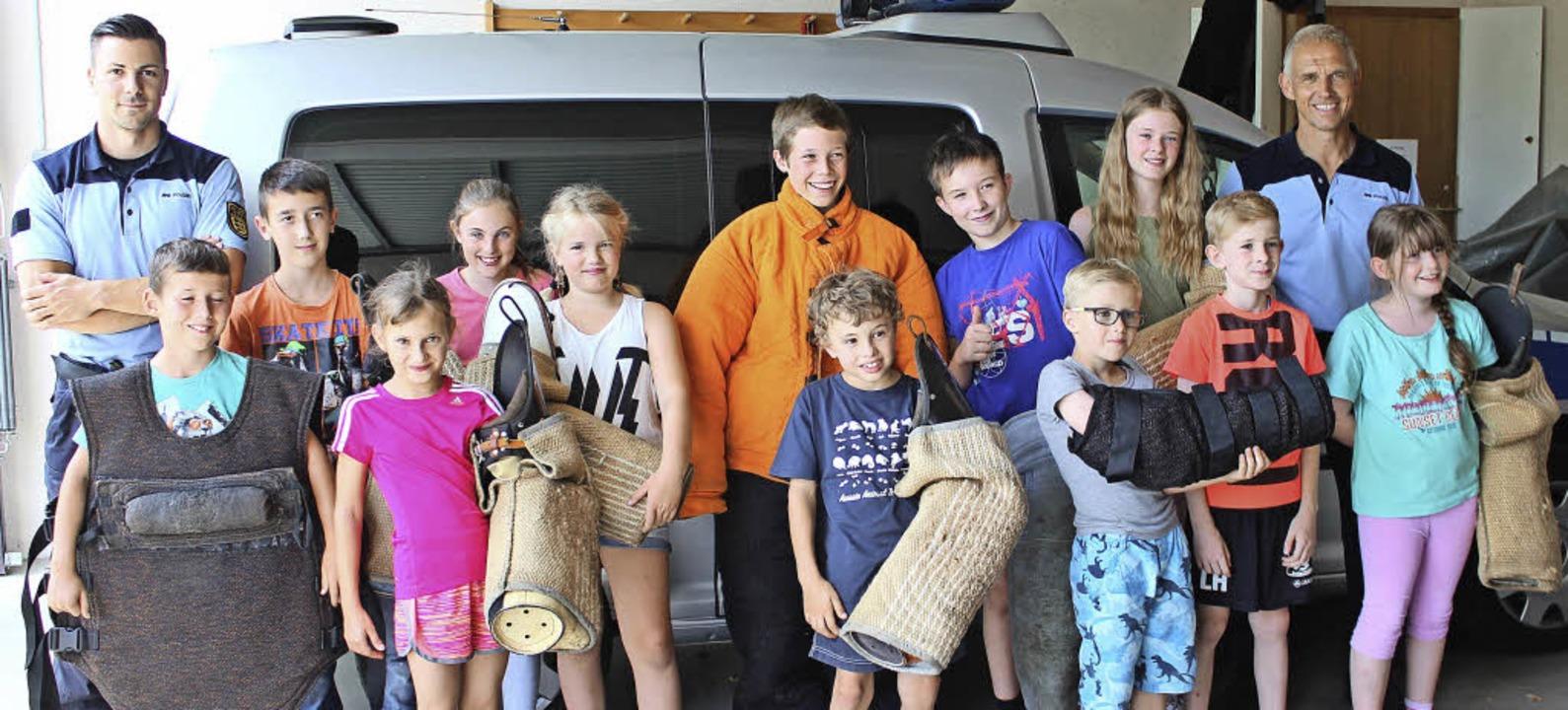 Die Kinder aus Gottenheim wappnen sich...utzausrüstung fürs Hunde-Training aus.  | Foto: Mario Schöneberg