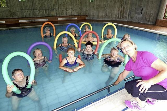 Mit der Pool-Nudel fit im Wasser