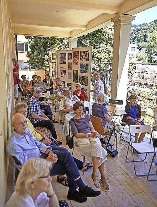 Kunstfreunde auf der Terrasse des Georg-Scholz-Hauses.   | Foto: Verein