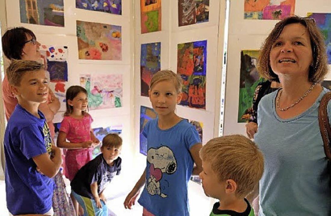 Kunstausstellung mit Arbeiten von Kindern verschiedener Schulen.  | Foto: Helga Bauer