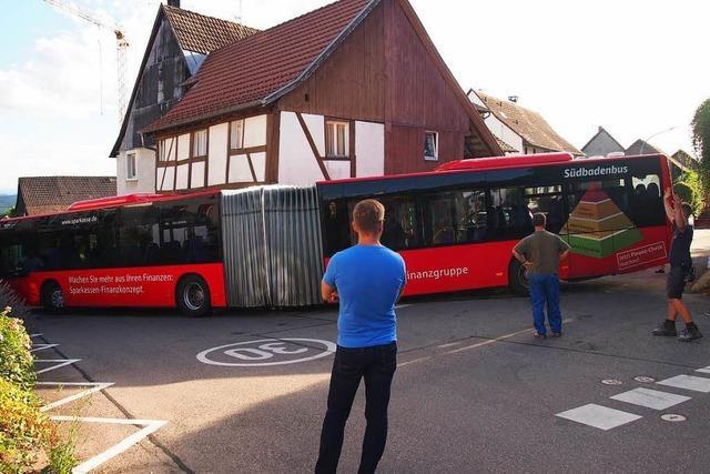 Bus bleibt in Kurve stecken und blockiert vier Stunden die Straße