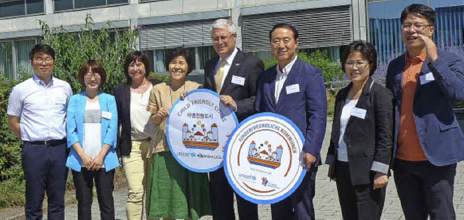 OB Dietz empfing mit Michaela Rimkus d...e Delegation aus Südkorea am Rathaus.     Foto: Privat