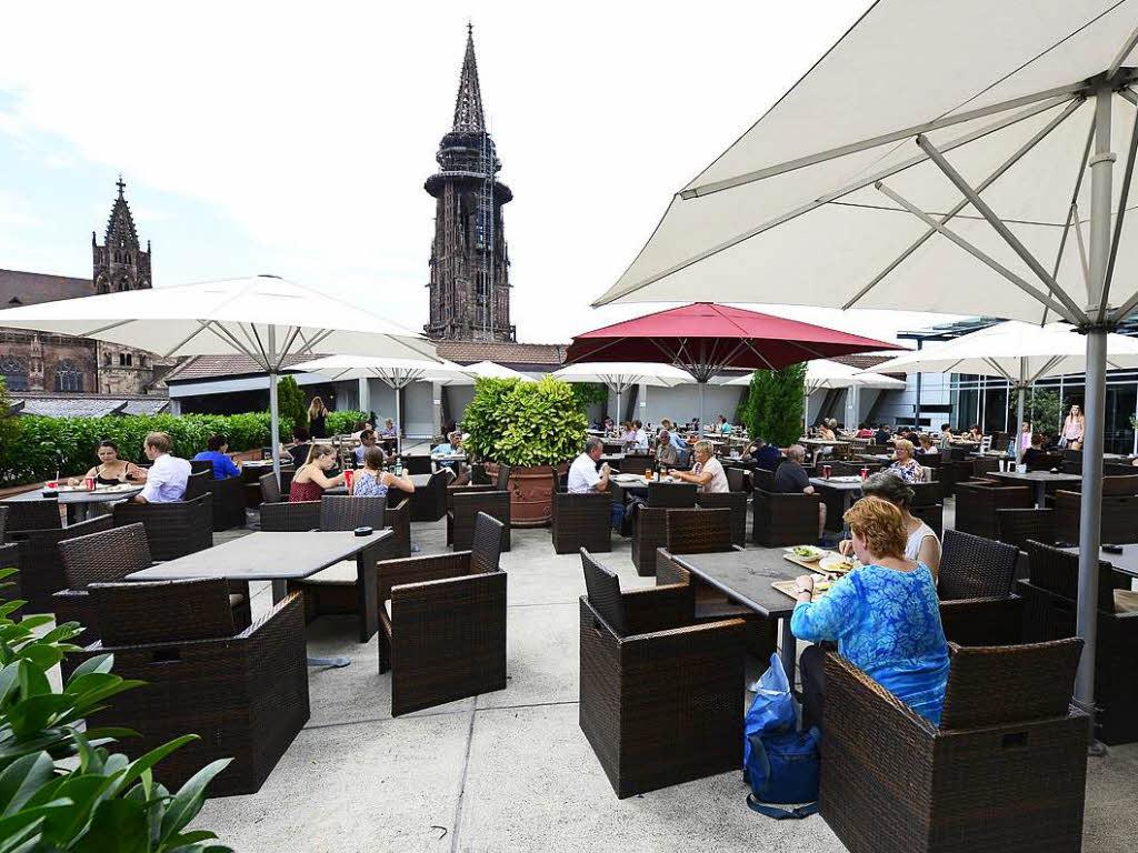 ber der stadt die sch nsten terrassen freiburgs gastronomie badische zeitung. Black Bedroom Furniture Sets. Home Design Ideas