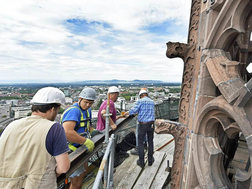 Schwerstarbeit: Die Eisenträger müssen zum Aufzug transportiert werden.  | Foto: Michael Bamberger