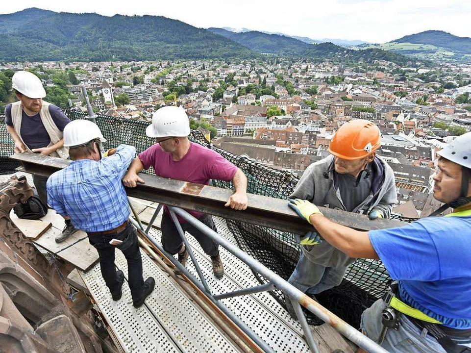 Die Sicht auf Freiburgs höchster Baustelle ist allerdings grandios.  | Foto: Michael Bamberger