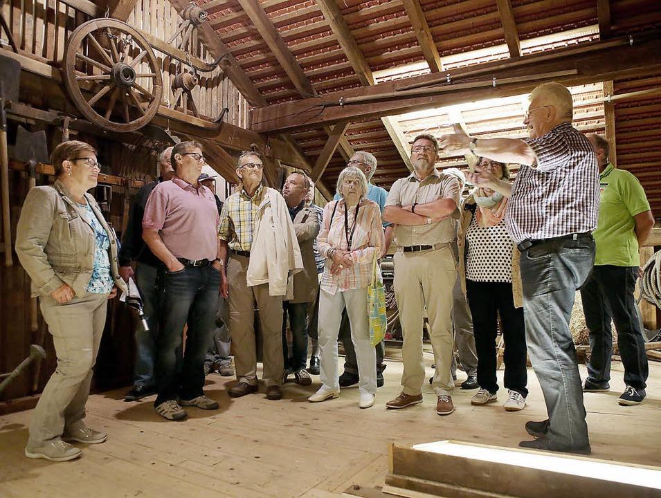 Egon Billian (rechts) erläutert für de...tsfähigere Hammerschmiede tun sollte.   | Foto: christoph breithaupt