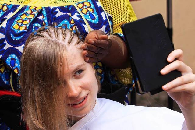 Selbstversuch auf dem Afrika-Festival: Cornrows für Anfänger