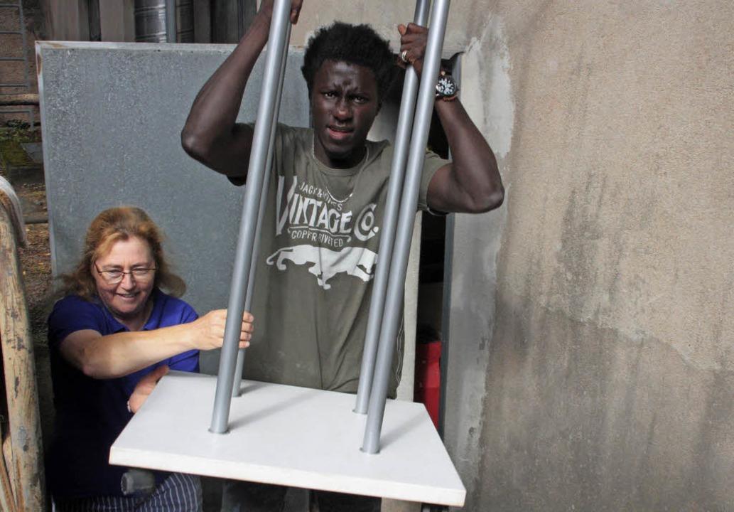 Der Arbeitskreis Kleiderkammer räumte ...hilft Christine Oechslein beim Tragen.    Foto: Jörn Kerckhoff