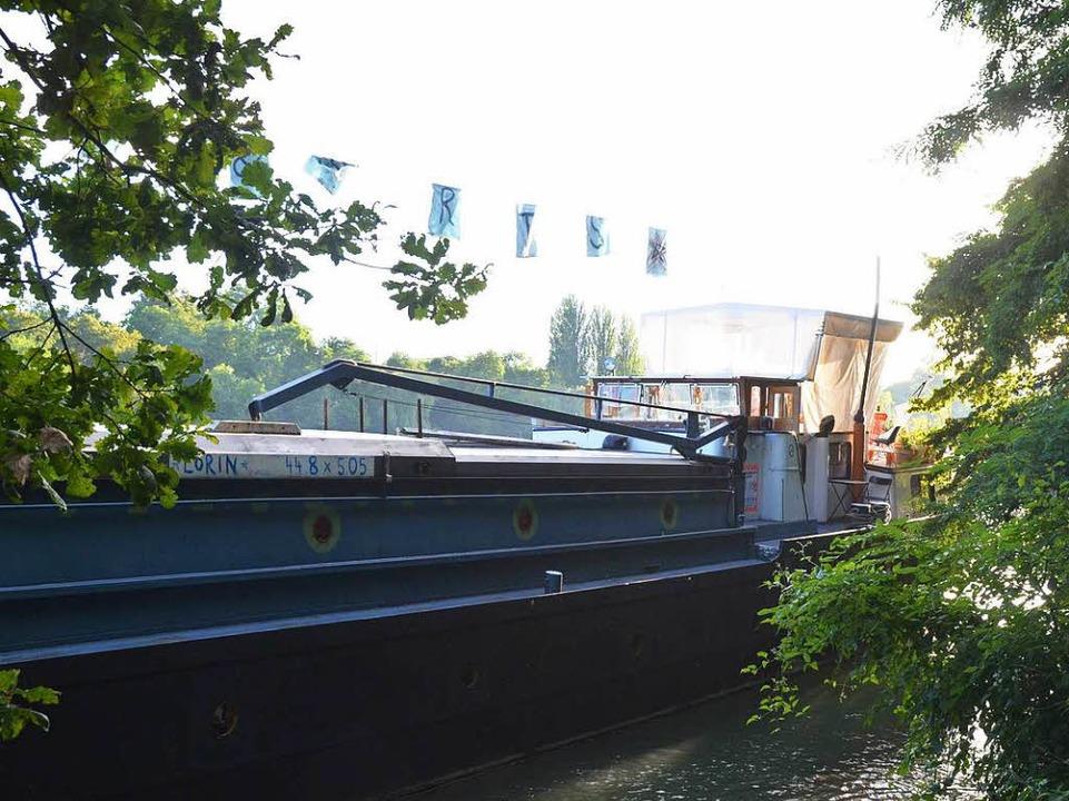 """Das Frachtschiff """"Lorin"""" l... an der alten Anlegestelle im Schacht.    Foto: Verena Pichler"""