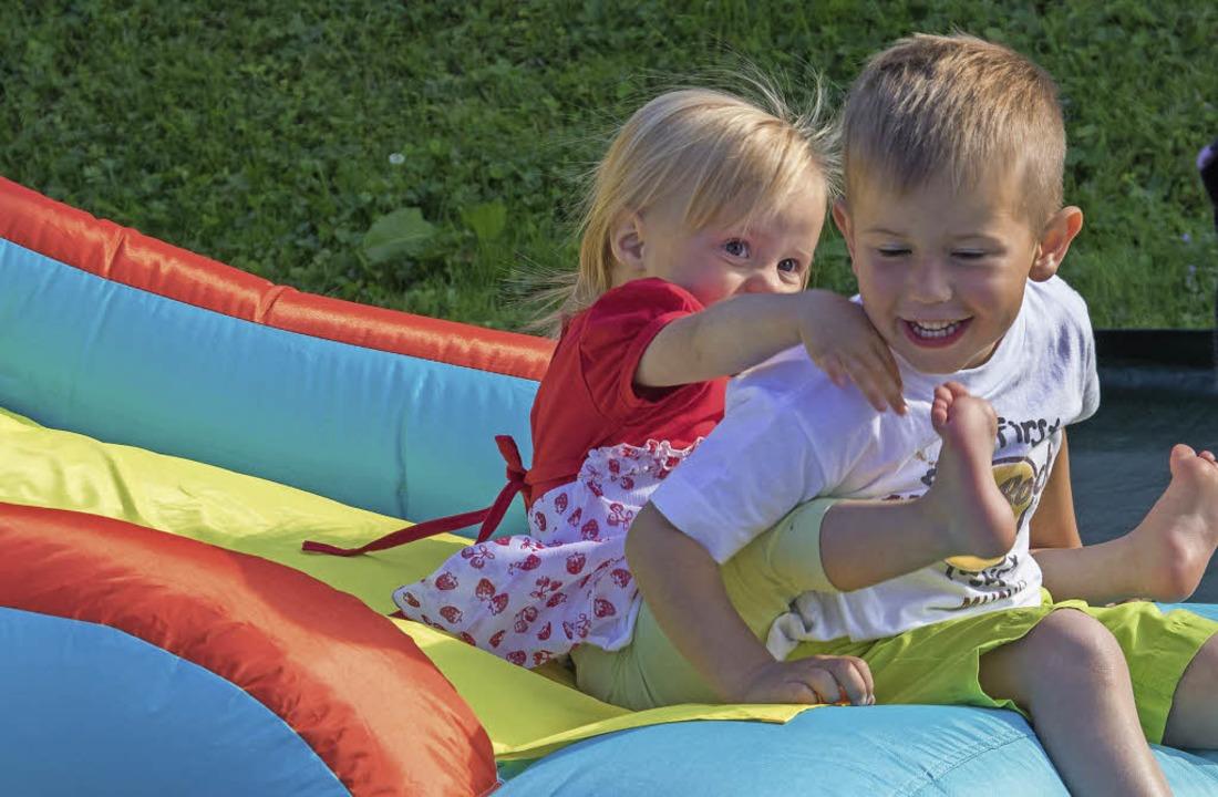 Auch die Kleinen hatten auf Hüpfburg und Rutsche viel Spaß.  | Foto: Christiane Seifried