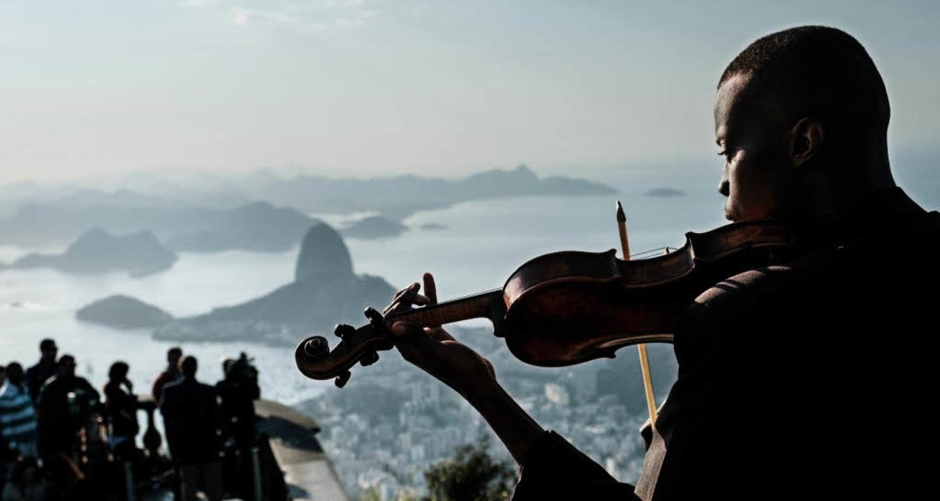 Die romantische Seite: Ein Violinist s... Serenade mit Blick auf den Zuckerhut.  | Foto: AFP, dpa
